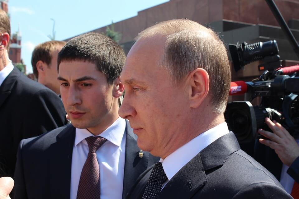 На фото Владимир Путин общается с людьми.