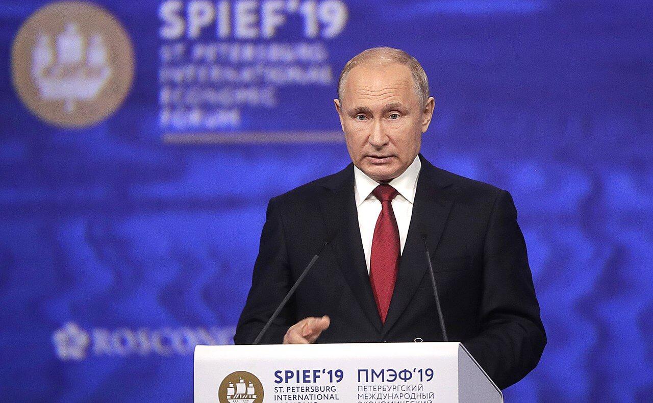 На фото выступление Путина.