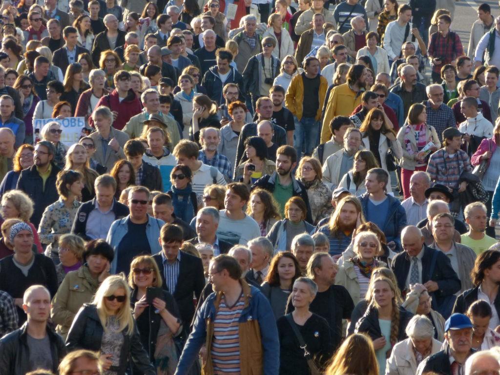 На фото изображена толпа людей.