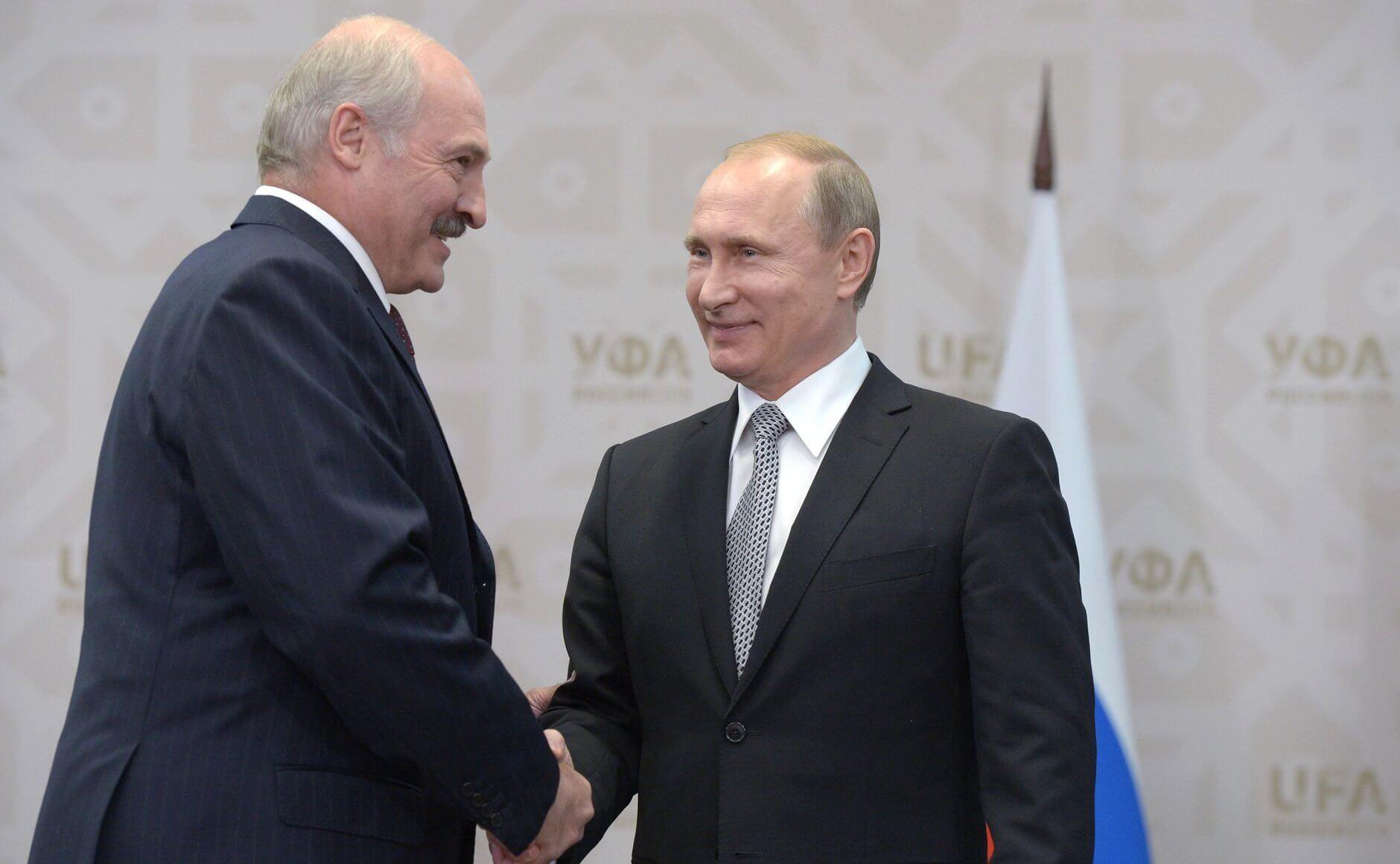 На фото изображен Владимир Путин и Александр Лукашенко.