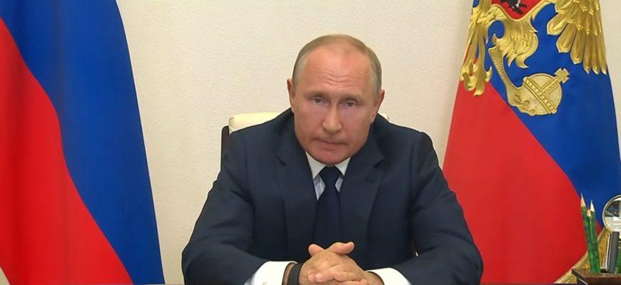 Владимир Путин и флаги.