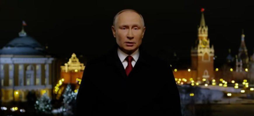 Владимир Путин в черном пальто.