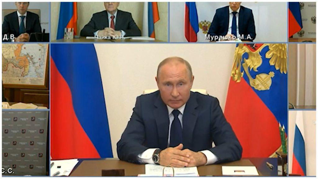 На фото В. В. Путин обращается к гражданам РФ по поводу карантина.