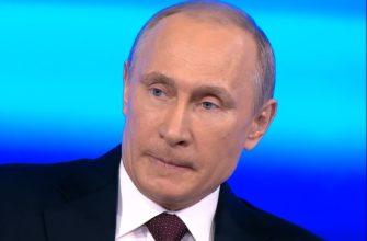 Владимир Путин на голубом фоне.