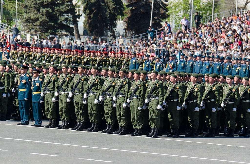 На фото изображены солдаты России на параде.