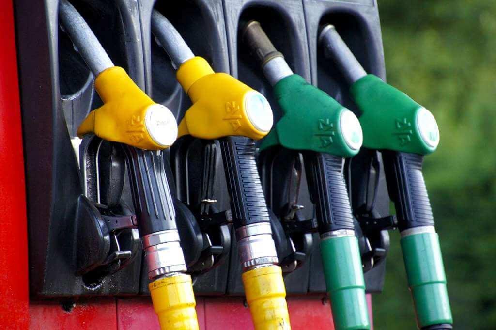На фото изображена бензоколонка.