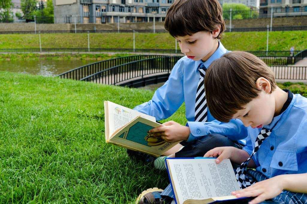 На фото школьники читают книги.