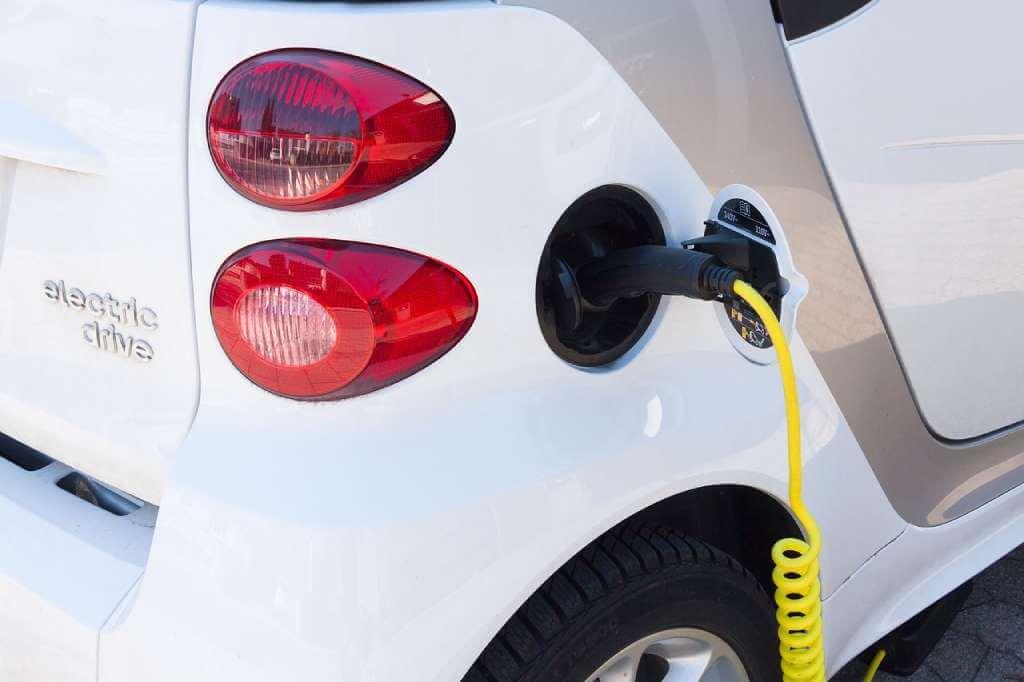 На фото изображен электромобиль.