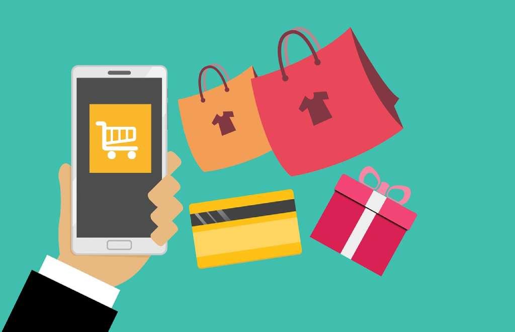 На фото изображен телефон и покупки.